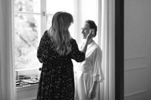Die Braut beim Getting Ready im Sengerschloss im Hotel Das Tegernsee, Hochzeit am Tegernsee - Fährhütte 14, Alexandra Kasper