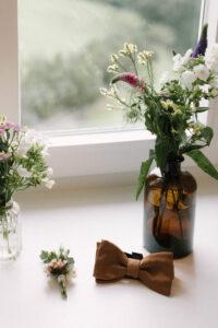 Die Fliege sowie Blumen vom Bräutigam im Detail, Hochzeit am Tegernsee - Fährhütte 14, Alexandra Kasper