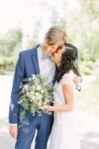 Das Hochzeitspaar umarmt sich innig und schließt die Augen für einen Moment, Hochzeit Gut Sonnenhausen - Alexandra Kasper