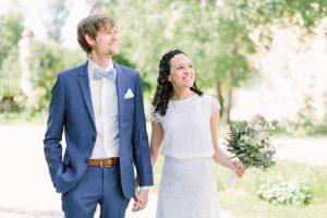 Braut und Bräutigam spazieren Hand in Hand im Innenhof von Gut Sonnenhausen, Hochzeit Gut Sonnenhausen - Alexandra Kasper