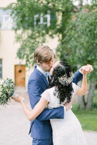 Das Brautpaar tanzt und küsst sich, Hochzeit Gut Sonnenhausen - Alexandra Kasper