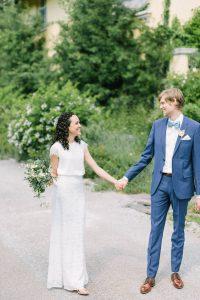 Aufnahme vom Brautpaar am Tor von Gut Sonnenhausen, Hochzeit Gut Sonnenhausen - Alexandra Kasper