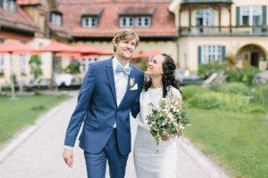 Portrait vom Hochzeitspaar im Innenhof von Gut Sonnenhausen, Hochzeit Gut Sonnenhausen - Alexandra Kasper