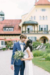 Momentaufnahme vom Brautpaar kurz vor einem Kuss, Hochzeit Gut Sonnenhausen - Alexandra Kasper