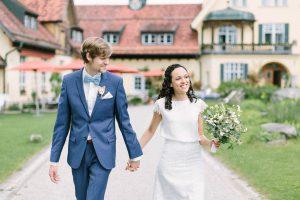 Das Hochzeitspaar spaziert durch den Garten von Gut Sonnenhausen in Glonn, Hochzeit Gut Sonnenhausen - Alexandra Kasper