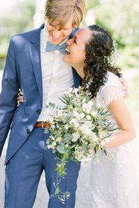 Momentaufnahme vom Brautpaar eng zusammen stehend und lachend, Hochzeit Gut Sonnenhausen - Alexandra Kasper