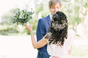 Nahaufnahme vom Brautpaar von hinten, Hochzeit Gut Sonnenhausen - Alexandra Kasper