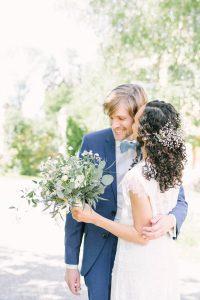 Die Braut gibt dem Bräutigam einen Kuss auf die Backe, Hochzeit Gut Sonnenhausen - Alexandra Kasper