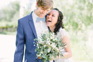 Braut und Bräutigam lachen herzlich in die Kamera, Hochzeit Gut Sonnenhausen - Alexandra Kasper