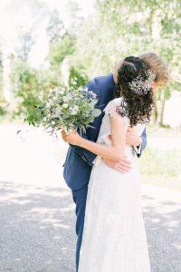 Das Hochzeitspaar eng umschlungen auf Gut Sonnenhausen in Glonn, Hochzeit Gut Sonnenhausen - Alexandra Kasper