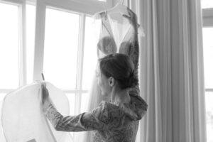Die Trauzeugin packt das Brautkleid aus, Alexandra Kasper - Hochzeitsfotograf Tegernsee