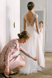 Portrait von Braut und Trauzeugin vor dem Spiegel im Hotel am Tegernsee, Alexandra Kasper - Hochzeitsfotograf Tegernsee