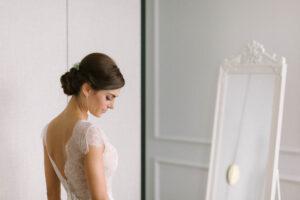 Portrait der Braut vor dem Spiegel aufgenommen im Hotel Das Tegernsee, Alexandra Kasper - Hochzeitsfotograf Tegernsee