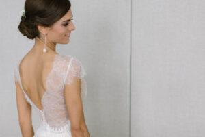 Portrait der Braut vor dem Spiegel, Alexandra Kasper - Hochzeitsfotograf Tegernsee