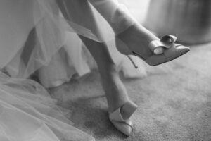 Nahaufnahme der Schuhe der Braut, Alexandra Kasper - Hochzeitsfotograf Tegernsee
