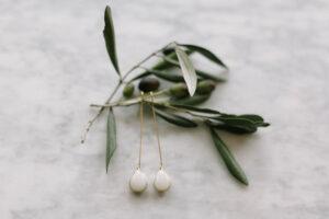 Die Ohrringe der Braut mit Olivenzweigen aufgenommen, Alexandra Kasper - Hochzeitsfotograf Tegernsee