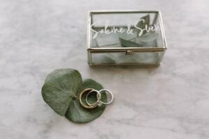 Die Eheringe und die Ringbox mit Eukalyptus dekoriert, Alexandra Kasper - Hochzeitsfotograf Tegernsee